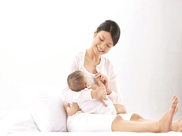 Cho trẻ bú sữa mẹ khi trẻ hoặc mẹ bị bệnh