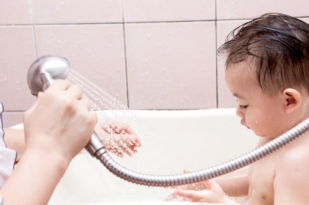 Điểm danh những lỗi cha mẹ rất hay mắc phải khi tắm cho trẻ sơ sinh - Ảnh 2