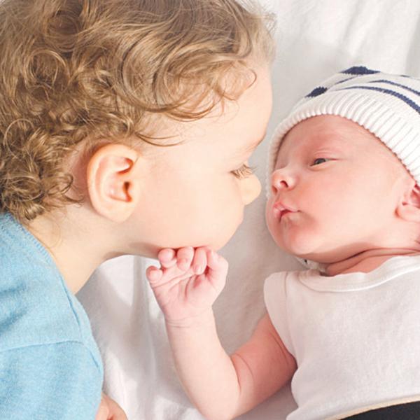 Ganh tị giữa anh chị em khi nhà có em bé mới - Ảnh 2
