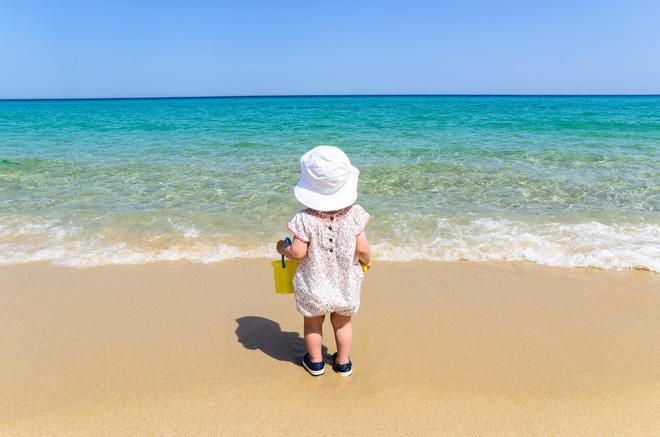 Gia đình nào sắp cho con đi biển thì nhất định phải biết những điều này để đảm bảo an toàn cho trẻ - Ảnh 1