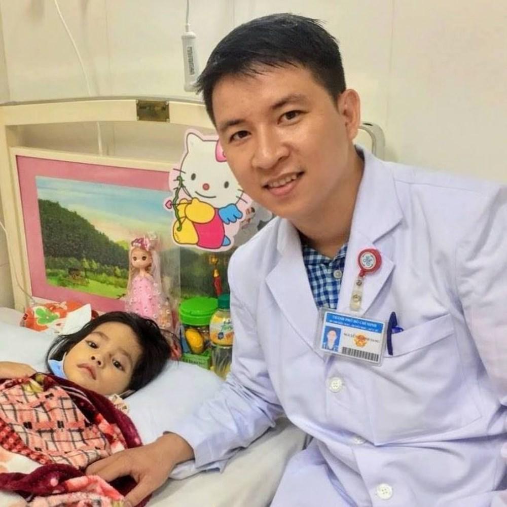 Hạ sốt cho trẻ: Sai lầm của bố mẹ khi lau mát khiến trẻ sốt nặng hơn - Ảnh 1