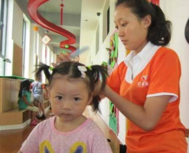 Ham buộc tóc làm đẹp cho con gái, mẹ nào ngờ khiến bé rụng tóc, tổn thương da đầu - Ảnh 2