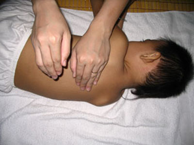 Mách mẹ tuyệt chiêu vỗ rung long đờm đúng cách cho trẻ sơ sinh - Ảnh 2