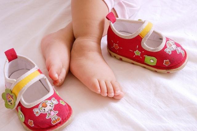 Mách mẹ cách chọn giày cho bé trong giai đoạn tập đi - Ảnh 4