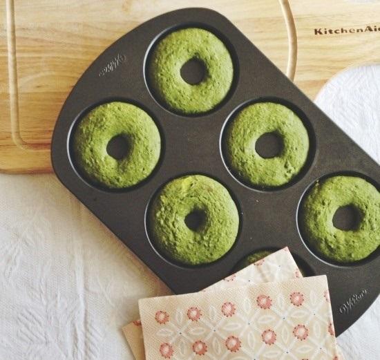 Mách mẹ cách làm bánh donut trà xanh thơm ngon, xốp mềm cho bé - Ảnh 1