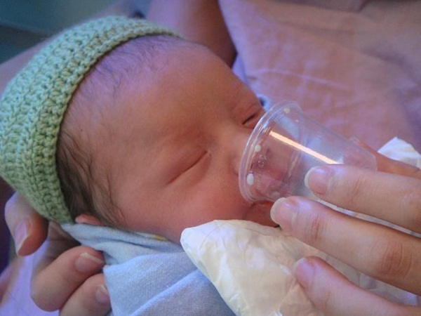 Mẹ bỉm sữa sốt sình sịch với trào lưu cho trẻ sơ sinh uống sữa bằng cốc