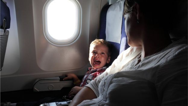 Mỗi khi con khóc thét vì khó chịu trên máy bay, hãy hỏi xin tiếp viên 2 món này, con sẽ hết quấy ngay - Ảnh 1