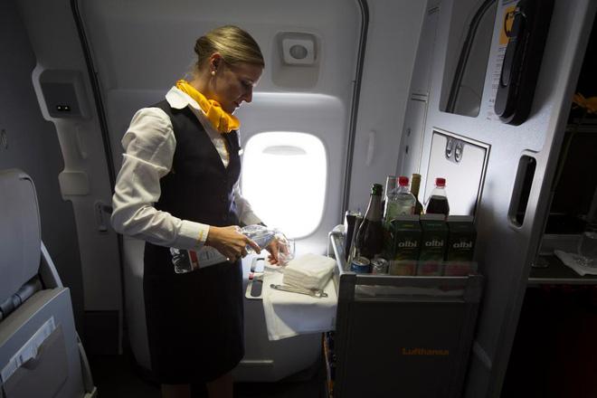 Mỗi khi con khóc thét vì khó chịu trên máy bay, hãy hỏi xin tiếp viên 2 món này, con sẽ hết quấy ngay - Ảnh 2