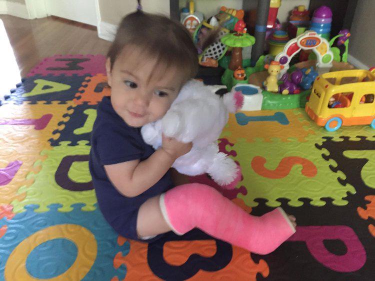 Ôm con chơi cầu trượt, mẹ trẻ không ngờ khiến bé bị gãy xương chày và xương ống chân - Ảnh 1