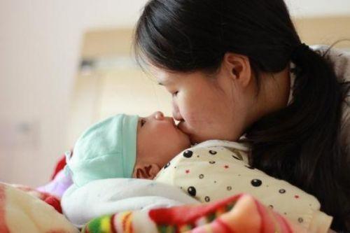 Thói quen hôn hít của người lớn có thể lấy đi sinh mạng của trẻ - Ảnh 1