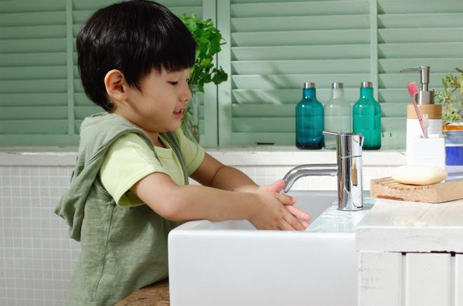 'Truyền thuyết' về cho trẻ uống nước lạnh gây viêm họng theo lý giải của bác sĩ Trí Đoàn - Ảnh 3