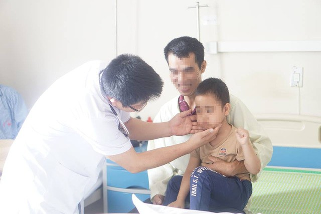 Từ cháu bé 5 tuổi phải cấp cứu đến những hệ lụy khôn lường khi tự ý dùng thuốc ho cho trẻ - Ảnh 1
