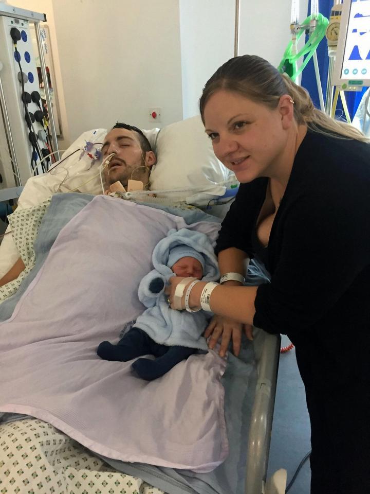 Vợ đưa con trai mới sinh đến thăm chồng hôn mê do tai nạn và điều kỳ diệu đã xảy ra - Ảnh 1