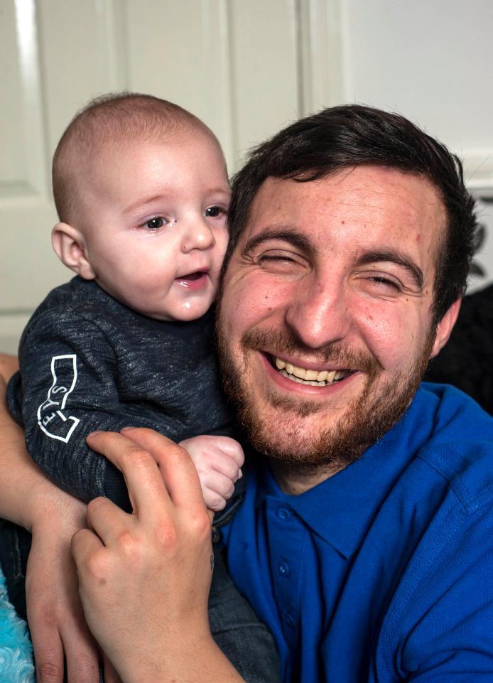Vợ đưa con trai mới sinh đến thăm chồng hôn mê do tai nạn và điều kỳ diệu đã xảy ra - Ảnh 4
