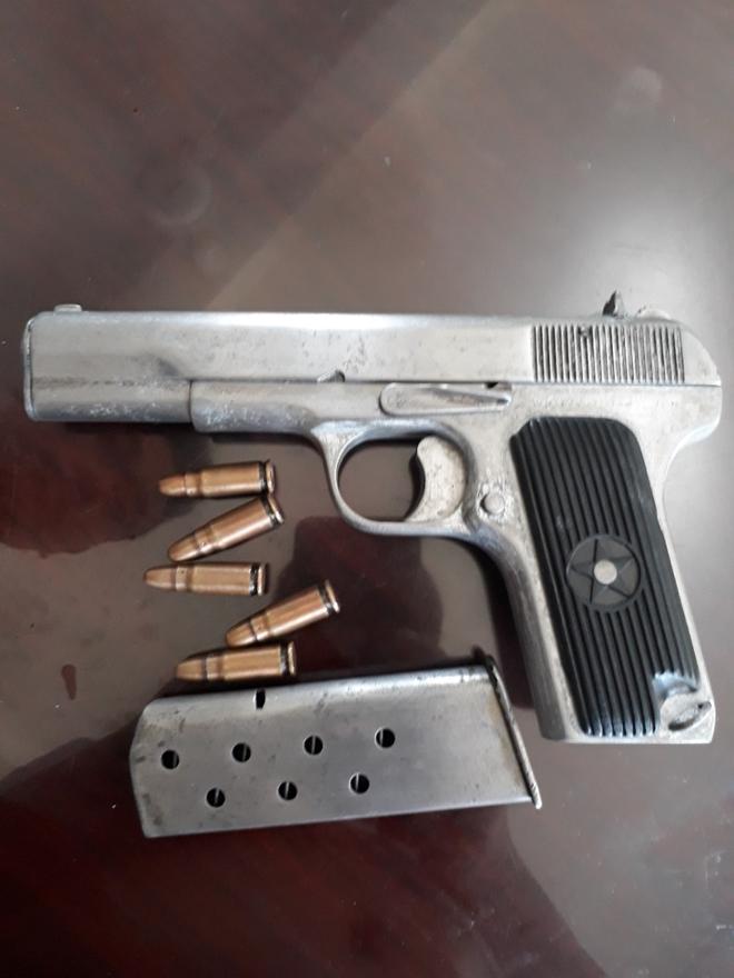 Bắt nhóm đối tượng mang súng đi giải quyết mâu thuẫn - Ảnh 1