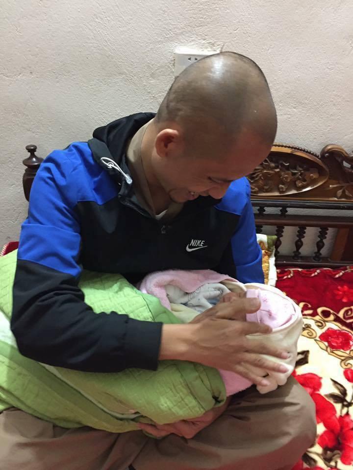 Trong giá rét cắt da thịt, bé sơ sinh 20 ngày tuổi bị bỏ rơi cùng bức thư - Ảnh 1