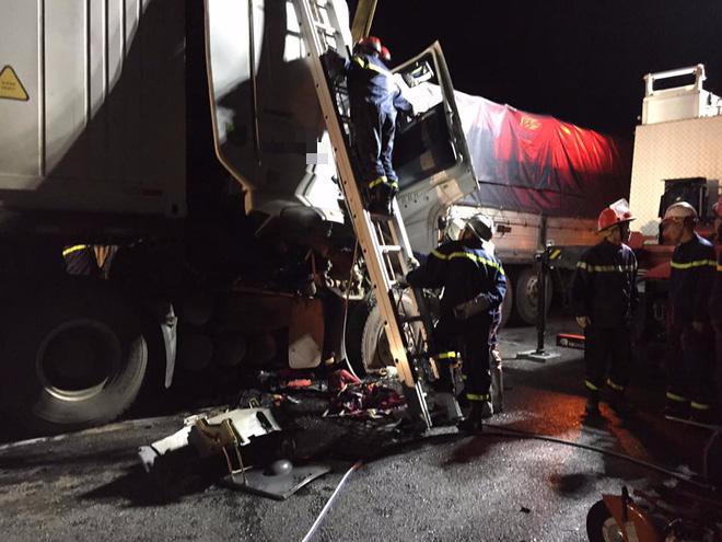 Hà Nội: Xe container húc đuôi xe tải, 2 người tử vong tại chỗ - Ảnh 1
