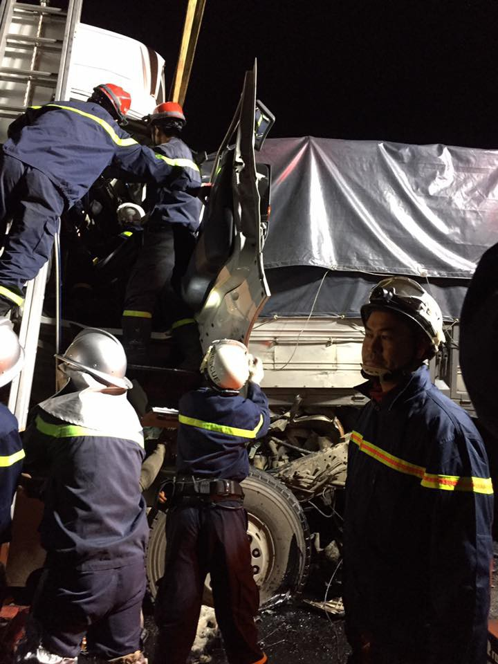 Hà Nội: Xe container húc đuôi xe tải, 2 người tử vong tại chỗ - Ảnh 2