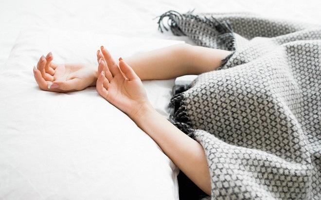 Những mối nguy hại khôn lường của thói quen trùm chăn kín đầu khi ngủ - Ảnh 3