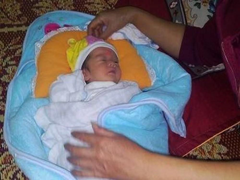 Nghệ An: Phát hiện bé gái sơ sinh còn nguyên dây rốn bị bỏ rơi bên bờ suối - Ảnh 1