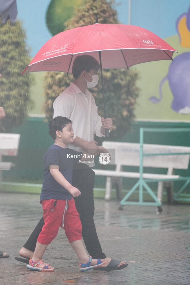 Độc quyền: Im lặng giữa tâm bão scandal, Trương Quỳnh Anh ở nhà chờ Tim đón con trai đi học về - Ảnh 3