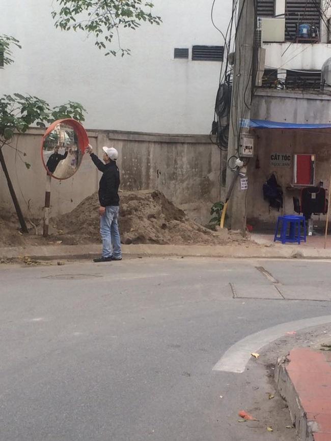 Hành động đẹp: Người thợ cắt tóc lặng lẽ lau chùi chiếc gương cầu lồi trên đường - Ảnh 2