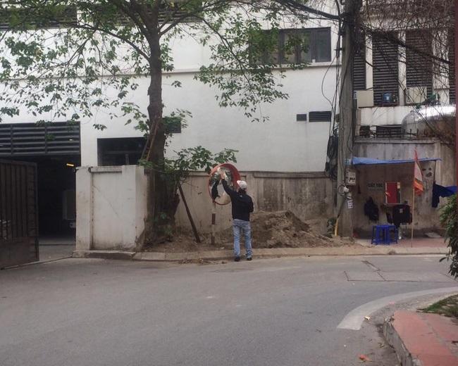 Hành động đẹp: Người thợ cắt tóc lặng lẽ lau chùi chiếc gương cầu lồi trên đường - Ảnh 1