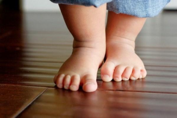 Mẹ chỉ cần làm điều này con chắc chắn có đôi chân dài và thẳng - Ảnh 1
