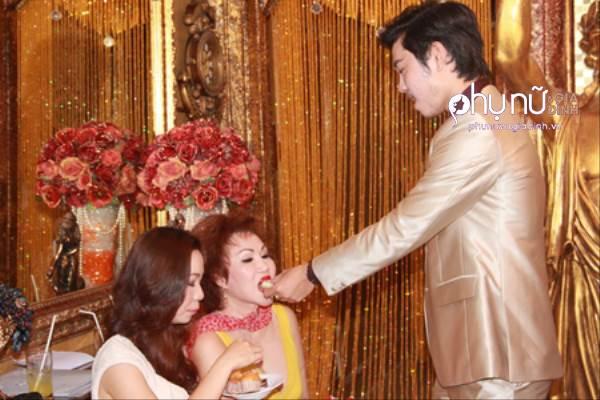 Cùng yêu bồ lớn tuổi, chuyện tình của Phan Hiển, Vũ Hoàng Việt có gì khác biệt - Ảnh 13