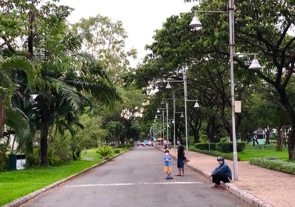 Công viên đầu tiên được mở cửa lại ở TP. HCM, người dân phấn khởi đi tập thể thao - Ảnh 4