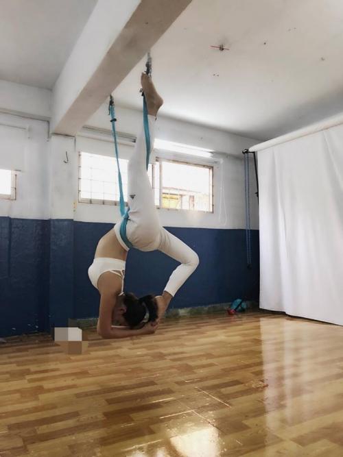 Thót tim với những động tác Yoga khó đỡ của Ái Phương - Ảnh 2