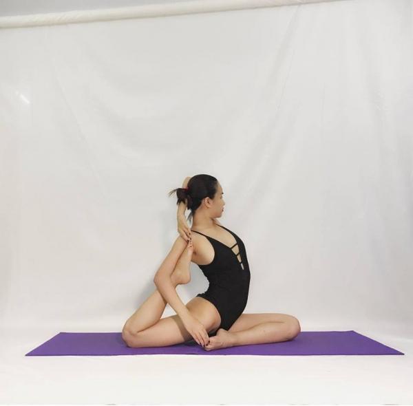 Thót tim với những động tác Yoga khó đỡ của Ái Phương - Ảnh 3