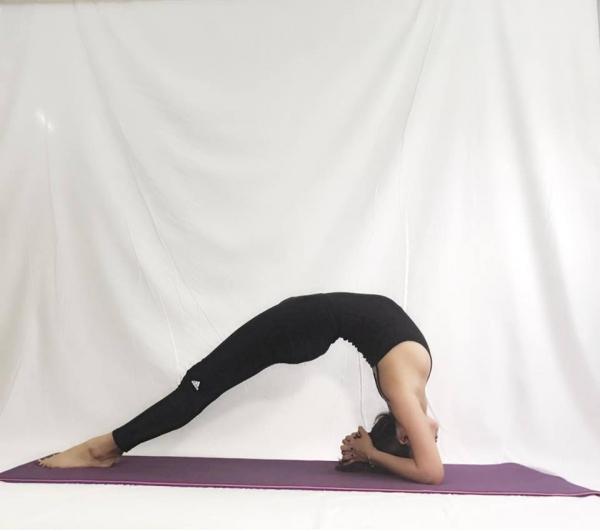 Thót tim với những động tác Yoga khó đỡ của Ái Phương - Ảnh 6