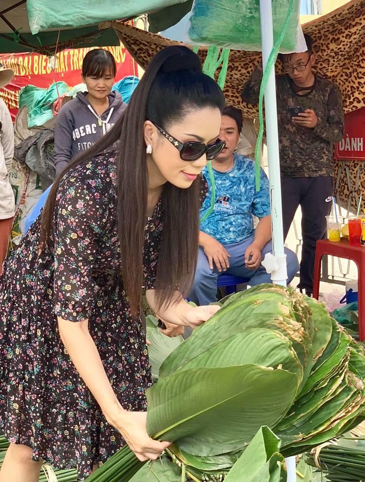 Ngẩn ngơ với loạt ảnh tuyệt đẹp của mẹ con Á hậu Trịnh Kim Chi giữa chợ lá dong - Ảnh 1