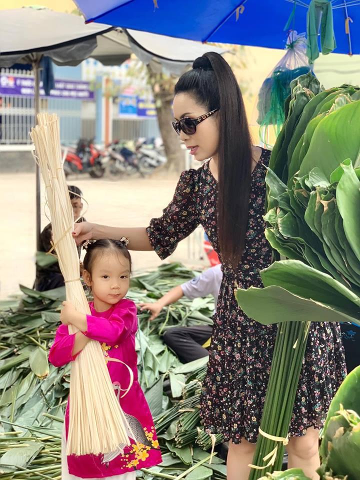 Ngẩn ngơ với loạt ảnh tuyệt đẹp của mẹ con Á hậu Trịnh Kim Chi giữa chợ lá dong - Ảnh 4