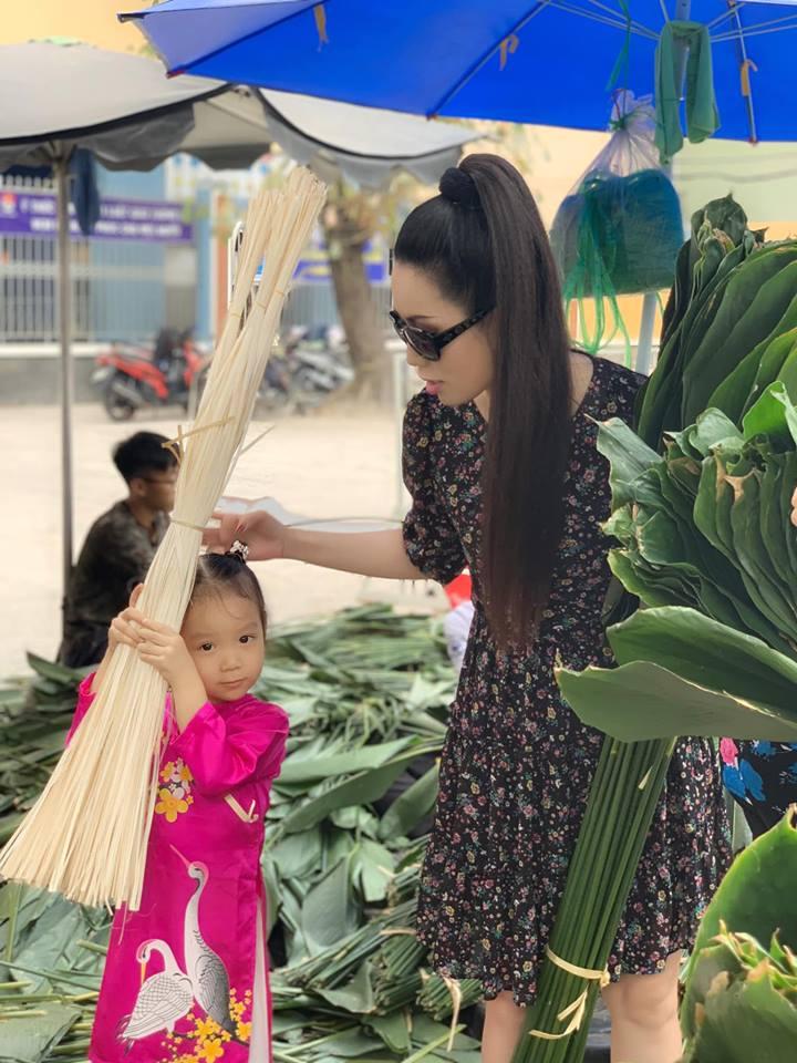 Ngẩn ngơ với loạt ảnh tuyệt đẹp của mẹ con Á hậu Trịnh Kim Chi giữa chợ lá dong - Ảnh 5