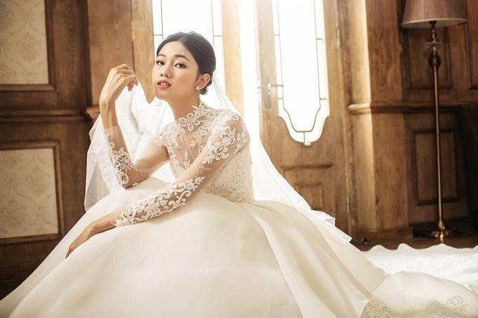 Mặc tin đồn cưới chạy bầu, Á hậu Thanh Tú khoe nhan sắc lộng lẫy sau một tháng kết hôn - Ảnh 1