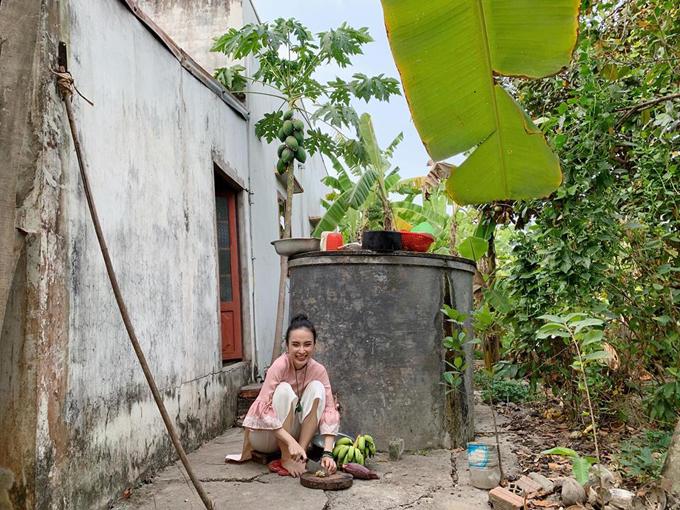 Bất ngờ với hình ảnh Angela Phương Trinh ngồi cầu gỗ rửa bát ở quê nội - Ảnh 1