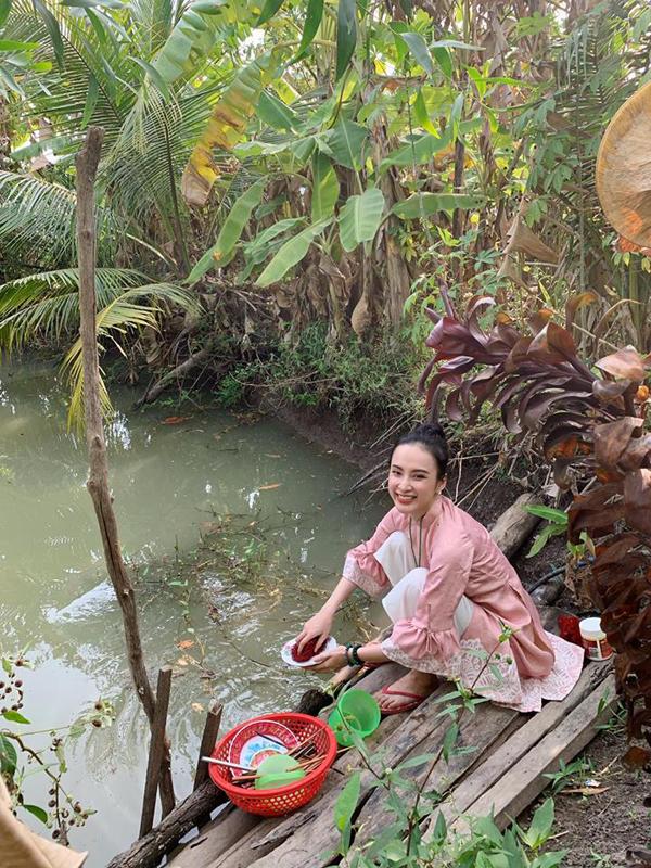 Bất ngờ với hình ảnh Angela Phương Trinh ngồi cầu gỗ rửa bát ở quê nội - Ảnh 2