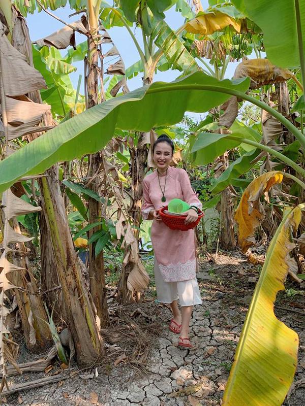 Bất ngờ với hình ảnh Angela Phương Trinh ngồi cầu gỗ rửa bát ở quê nội - Ảnh 3