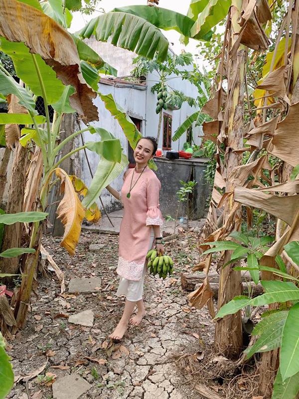 Bất ngờ với hình ảnh Angela Phương Trinh ngồi cầu gỗ rửa bát ở quê nội - Ảnh 4