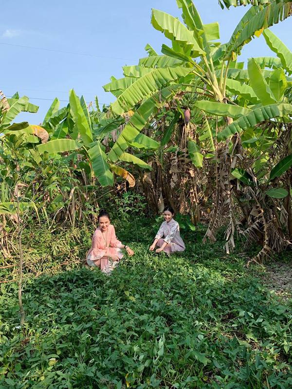 Bất ngờ với hình ảnh Angela Phương Trinh ngồi cầu gỗ rửa bát ở quê nội - Ảnh 5