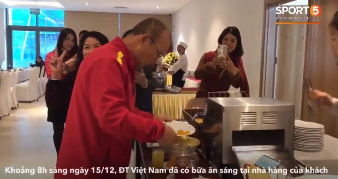 Bữa sáng thanh đạm với rau luộc của đội tuyển Việt Nam trước thềm trận chung kết tối nay - Ảnh 2