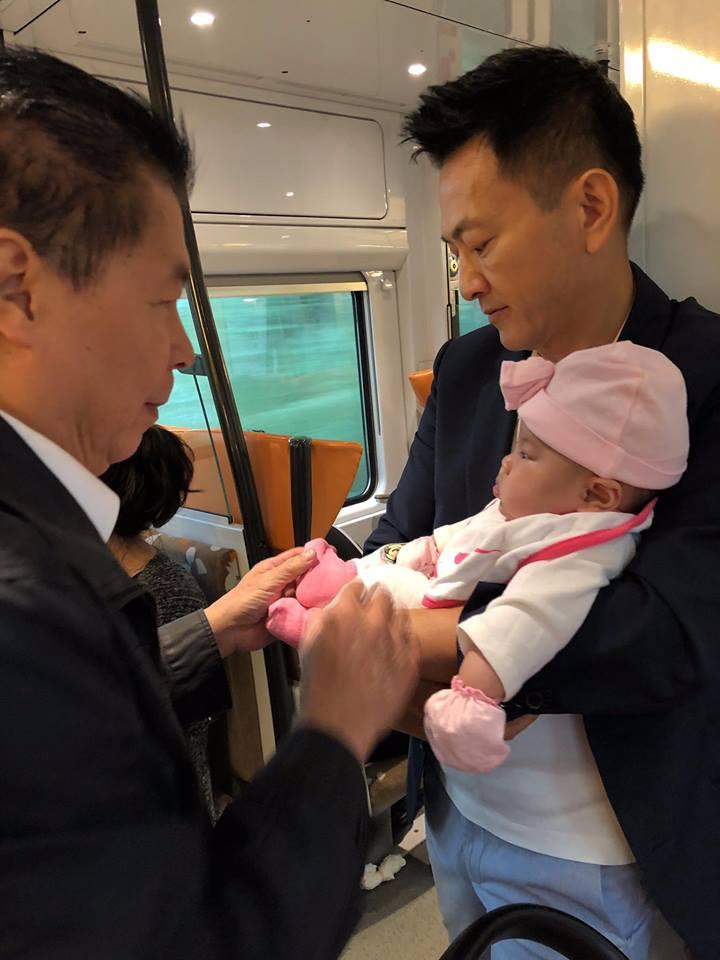Mẹ một con Thanh Thảo rảnh rang livestream, còn chồng thì bù cổ bù đầu với bỉm sữa - Ảnh 2