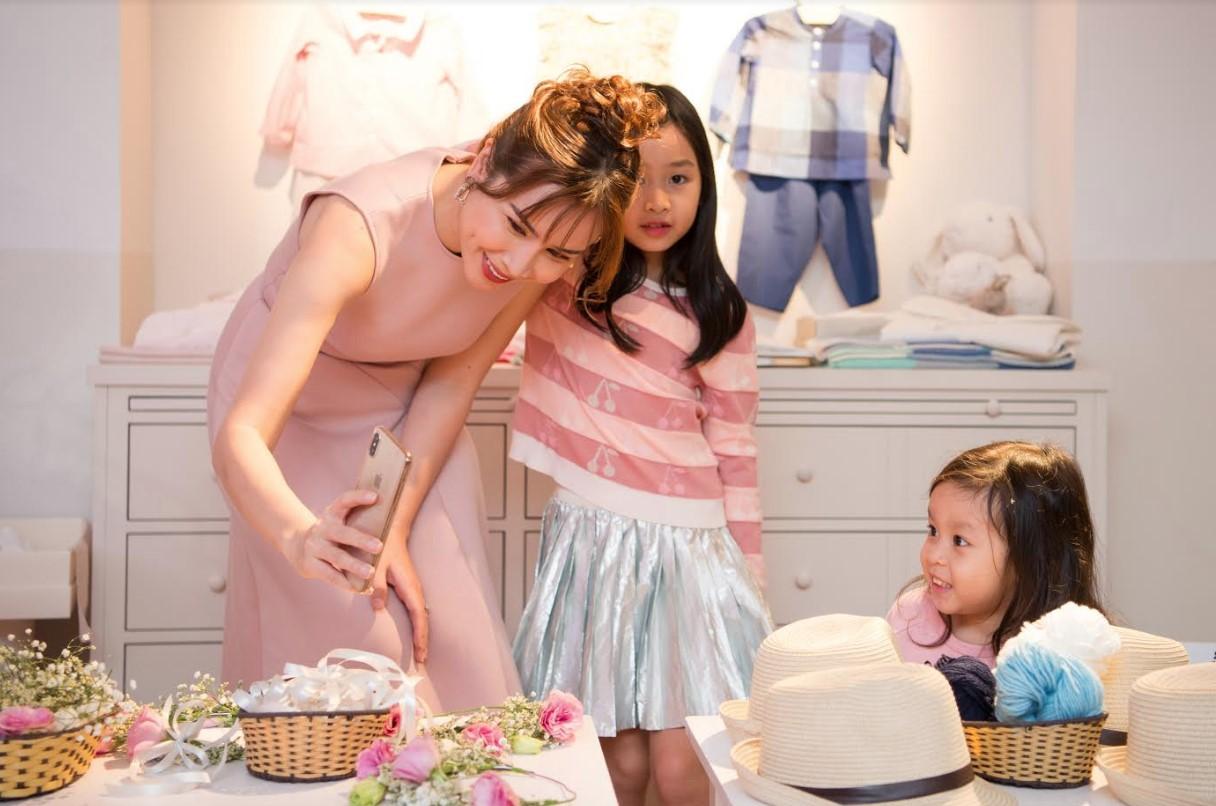 Con gái út Lưu Hương Giang bất ngờ xuất hiện trước truyền thông, mặt giống ba như đúc - Ảnh 1