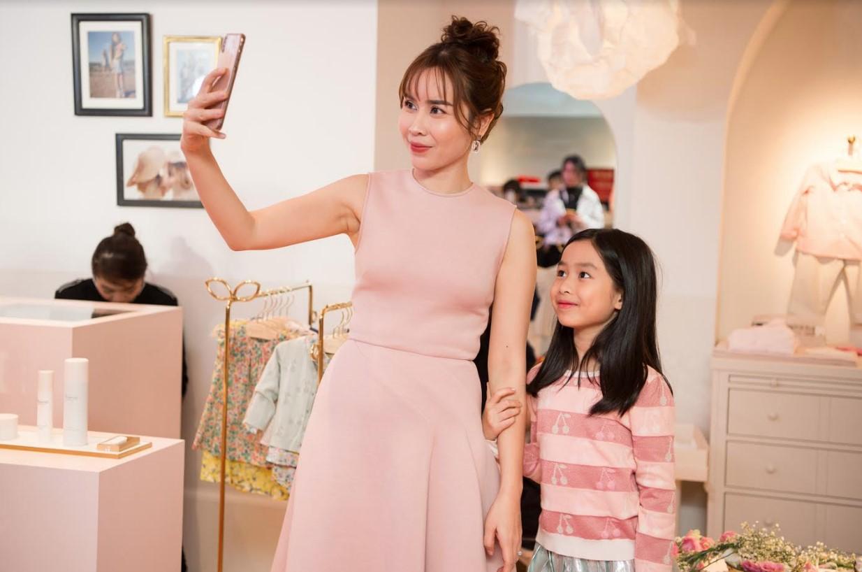 Con gái út Lưu Hương Giang bất ngờ xuất hiện trước truyền thông, mặt giống ba như đúc - Ảnh 6
