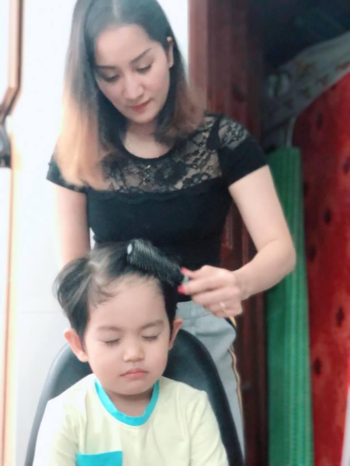 Được mẹ làm tóc cho, con trai 3 tuổi của Khánh Thi biểu cảm vô cùng đáng yêu - Ảnh 1