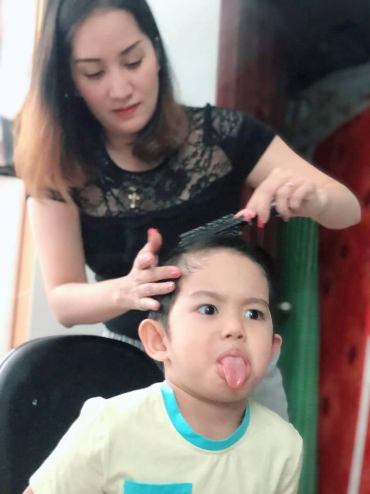 Được mẹ làm tóc cho, con trai 3 tuổi của Khánh Thi biểu cảm vô cùng đáng yêu - Ảnh 2