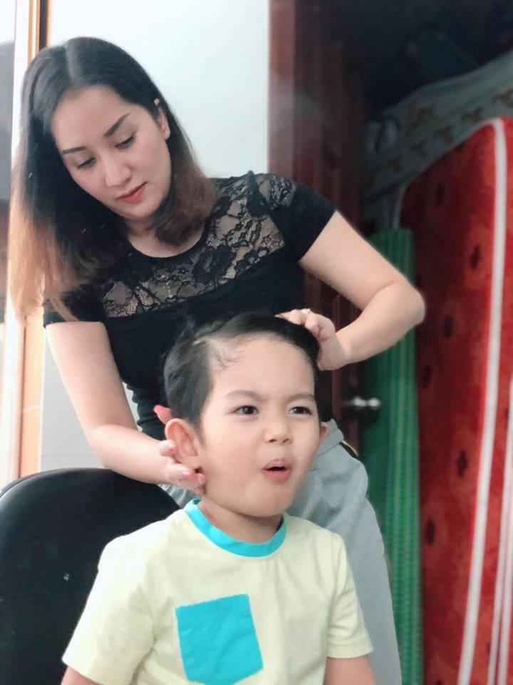 Được mẹ làm tóc cho, con trai 3 tuổi của Khánh Thi biểu cảm vô cùng đáng yêu - Ảnh 3