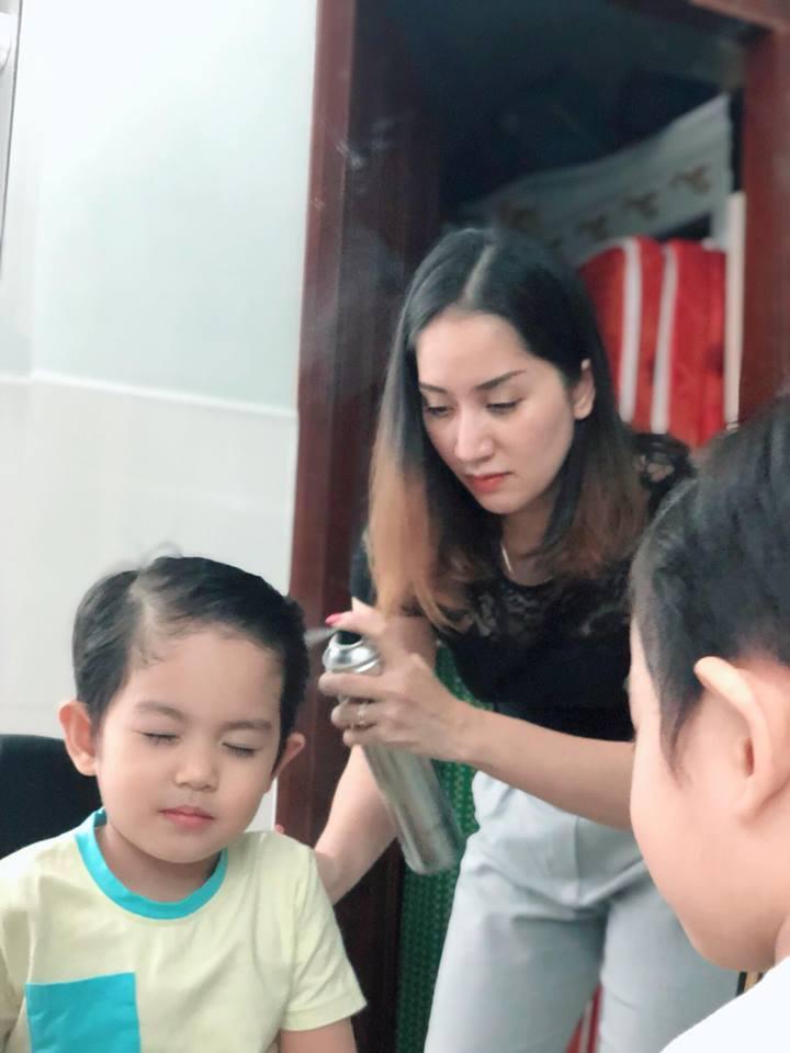 Được mẹ làm tóc cho, con trai 3 tuổi của Khánh Thi biểu cảm vô cùng đáng yêu - Ảnh 4